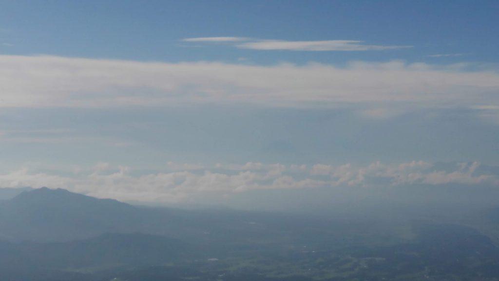 遠くには富士山が見えます。